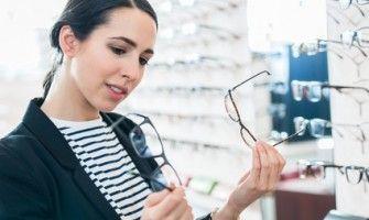 Optyk w Bielawie radzi co wybrać – okulary, czy soczewki?